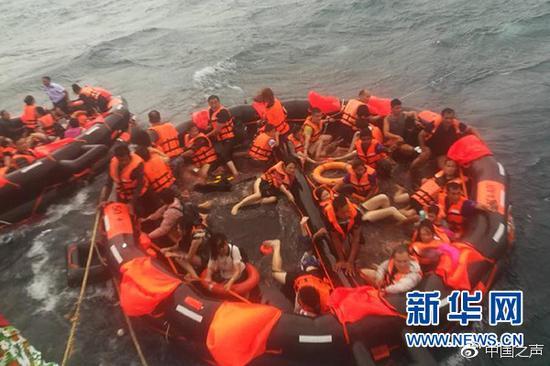 7月5日,在泰国普吉府普吉岛附近海域,翻船事故中游客被救起。