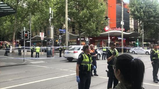 恐怖袭击?墨尔本市中心传出多次爆炸声是什么情况? 黑人男子持刀袭警