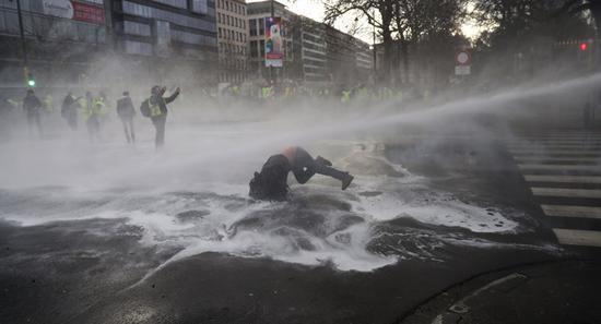 示威者被水枪驱赶(图源:美联社)