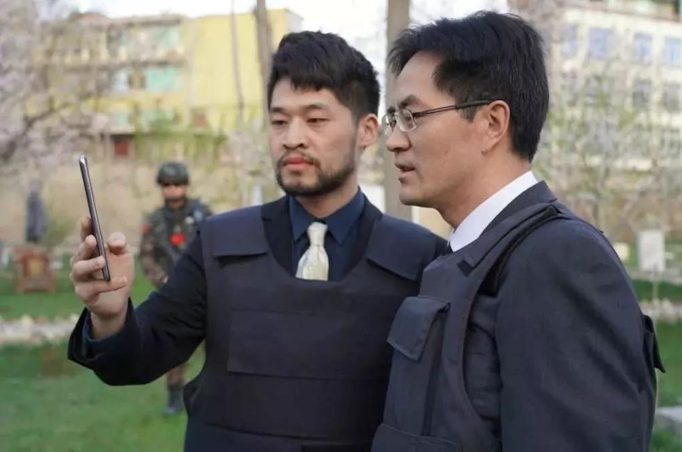致敬英雄!中国外交官身穿防弹服,专程为他扫墓