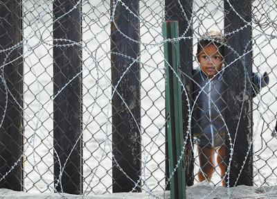 """一年关押近7万名儿童移民 """"美国移民政策造成太多人间悲剧"""""""