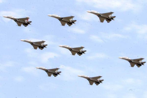 资料图:在委内瑞拉东部安索阿特吉州的一个军事基地,8架战斗机正在进行飞行表演。新华社发