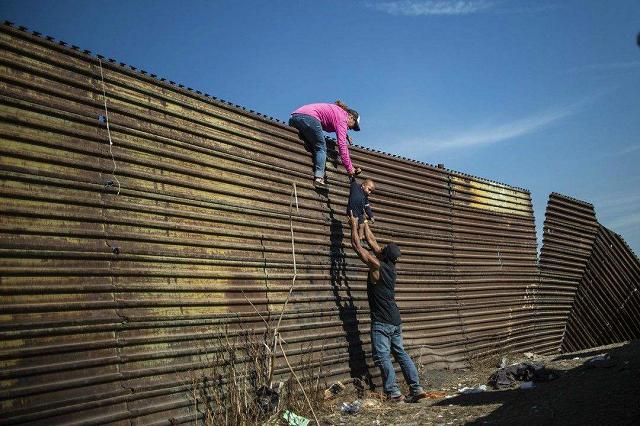 为连任造势 特朗普持续甩锅 吹捧边境墙100%阻挡了来自墨西哥的病毒浪潮