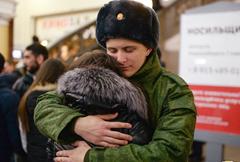 俄新兵入伍与女友难舍难分
