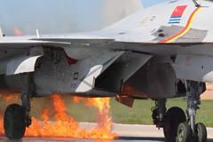 歼15战机撞鸟群起火成功着陆