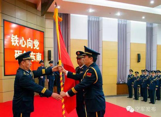 五大战区空军成立 空军司令员政委授军旗