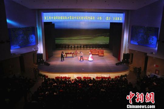 中国 阿勒泰市/16日、17日,由中国戏曲学院师生创作的独幕剧《蠢货》、《求婚》...
