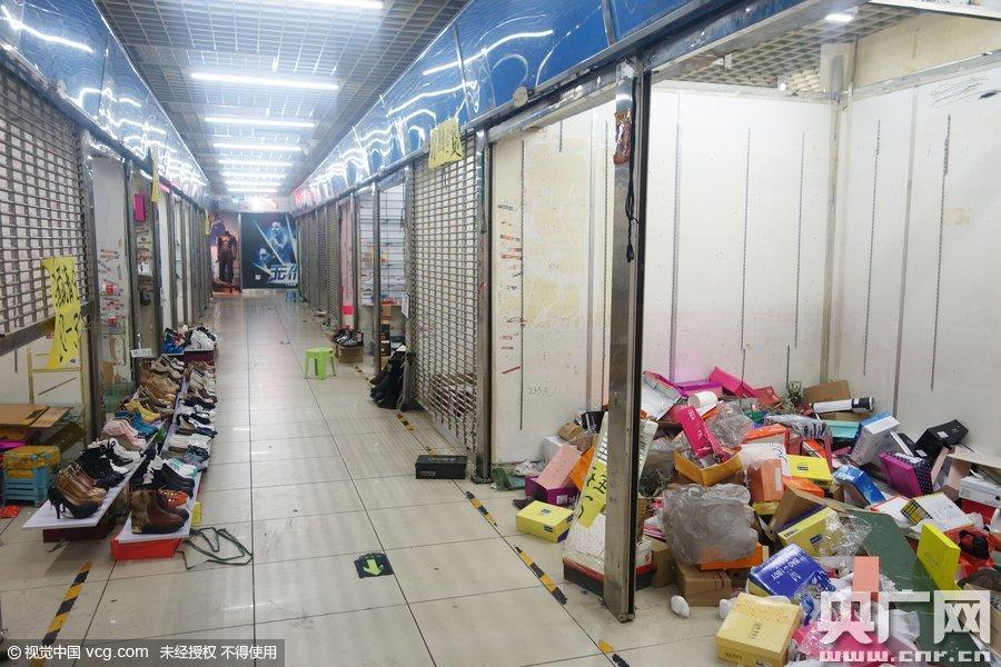 北京动物园公交枢纽四达大厦内的金开利德服装批发市场正式闭市前的