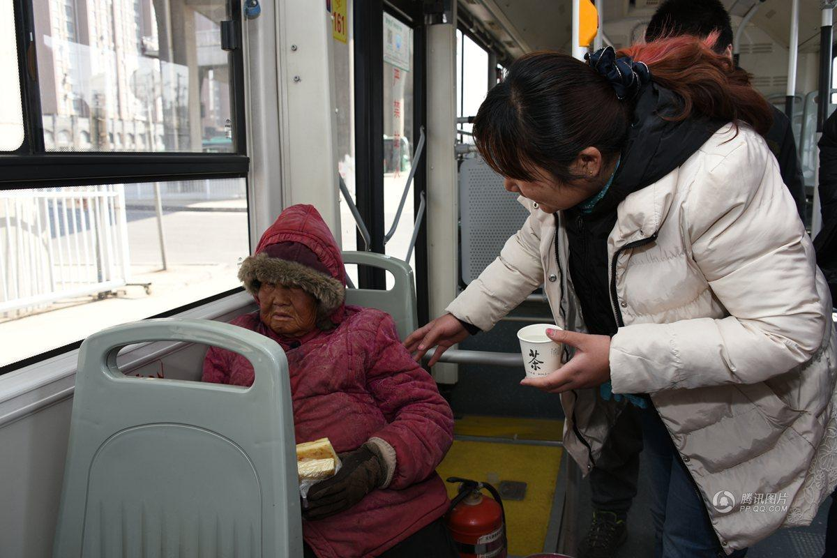 公共汽车上给老人让坐-郑州8旬老太坐公交车成瘾坐到停运才下车高清图片