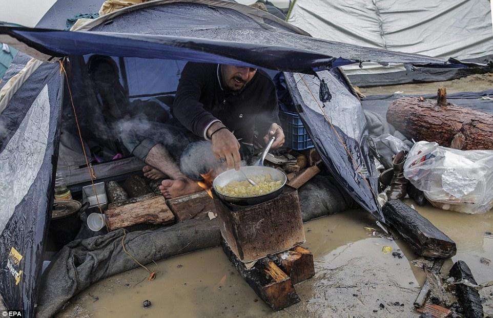 滞留希腊边境难民饥寒交迫 儿童发烧腹泻