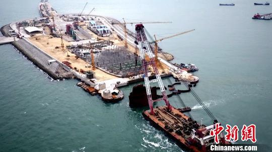 港珠澳大桥东人工岛岛头钢圆筒顺利拆除