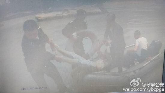 男子抢劫被追捕 走投无路纵身跳江仍被擒