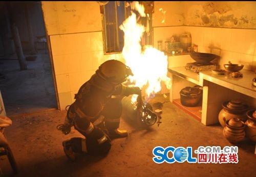 """绵竹再现""""抱火哥"""":消防员抱出喷火煤气罐"""