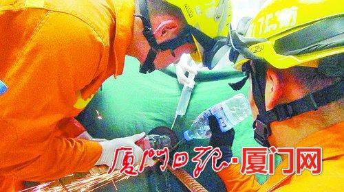 工人高处摔落被钢筋穿透腹部 消防两度切割紧急救援
