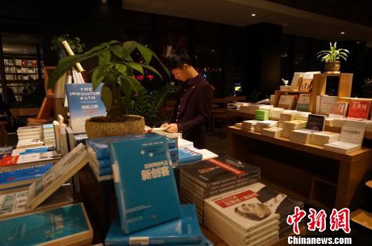 郑州24小时书店获读者好评:感谢一盏灯的守候