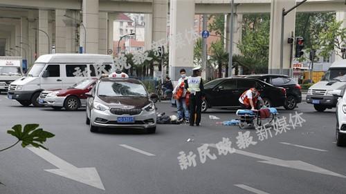 上海中山北路助动车出租车相撞 骑车人头破血流