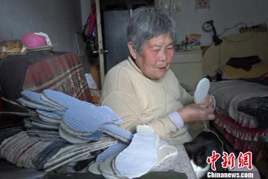 老太做鞋垫免费送人13年 称有光就要发出来