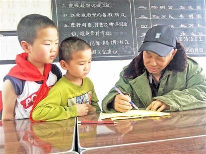 乡村老师患尿毒症11年 大热天穿棉衣上课