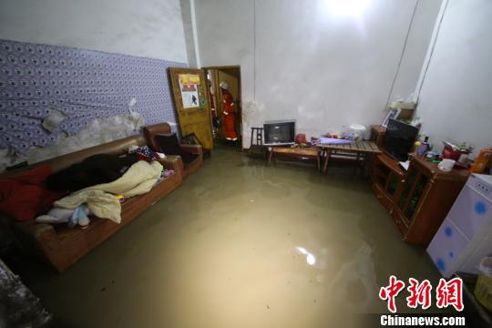 重庆凌晨突降暴雨致居民房屋进水 消防紧急排涝