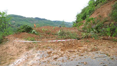 重庆210省道酉阳段15处山体滑坡 交通中断