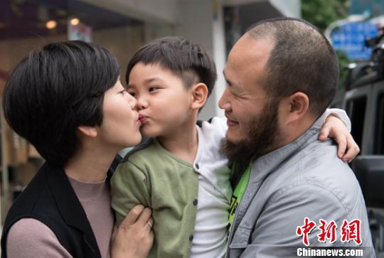 """""""四川大叔""""携5岁儿子自驾绘画中国行"""