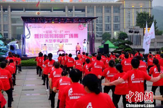 湖南韶山文化志愿者倡导将陪父母运动列入尽孝账单