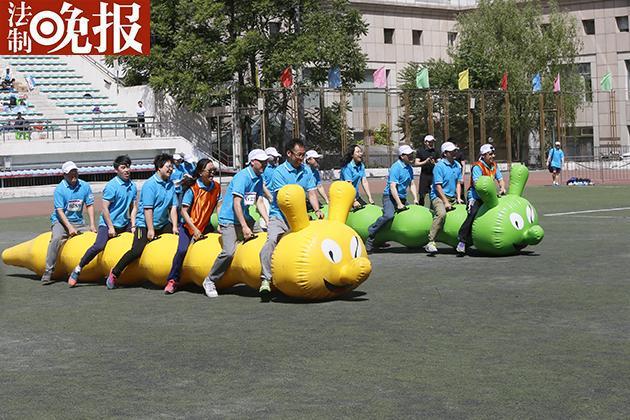 """趣味运动会:6人骑巨型""""毛毛虫""""上跑道"""