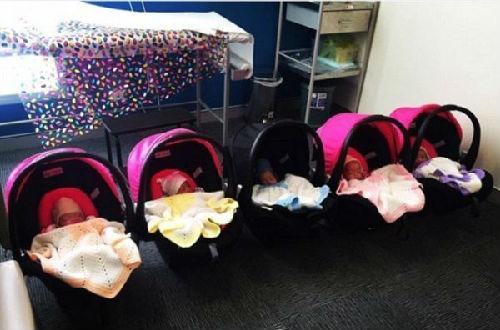 澳大利亚女子养育五胞胎:1周要换350块尿布