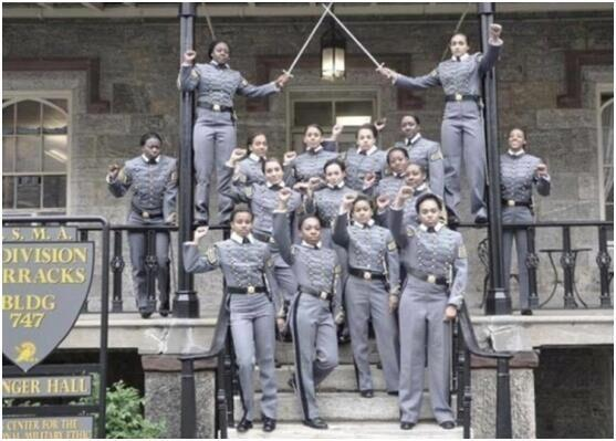 西点军校黑人女学员拍毕业照时举拳头 引发争议