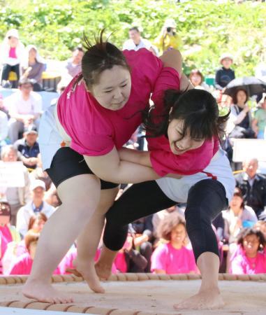 巾帼亦刚强:日本办女子相扑大会 角逐激烈