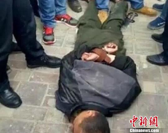 西宁一男子当街伤人 致1死2伤