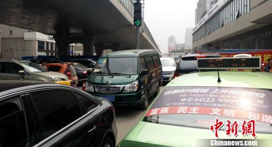 郑州闹市保通路段变身收费停车场 市民盼还路于民