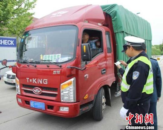 """大货车""""蛇行""""引交警怀疑 拦下一查司机是""""毒驾"""""""