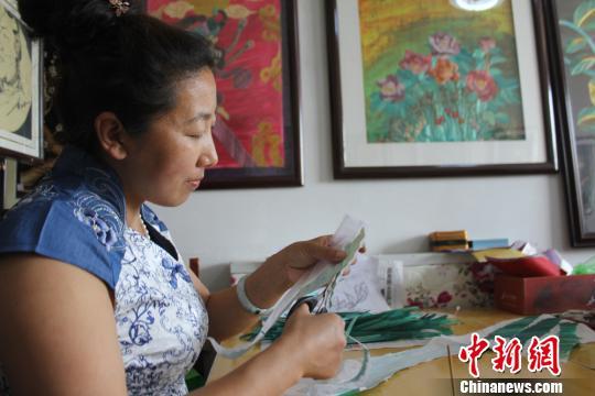 甘肃农家女探索麦草砂石作画 当老板不忘反哺家乡