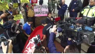 """华盛顿出现反特朗普集会 民众举""""棺材""""道具抗议"""