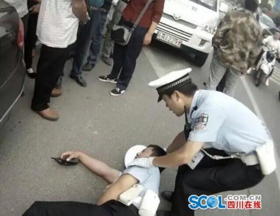 两男子违章停车 抢夺执法记录仪踢协警下体