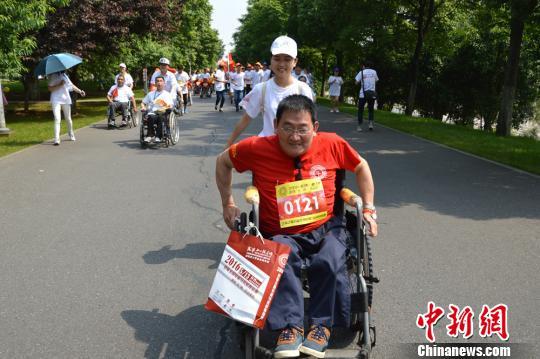 300余名肢残人士长沙轮椅竞跑 传递社会正能量