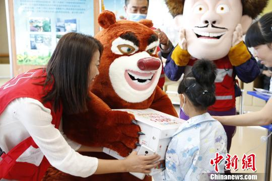 """中国红基会启动""""英雄能量包"""" 《熊出没》助患儿抗病魔"""