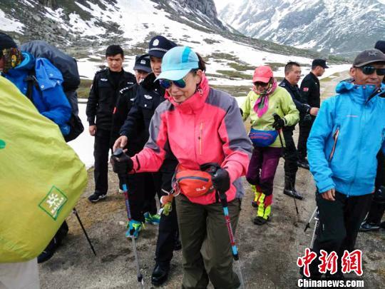 7名驴友徒步探险失联 新疆尼勒克警方挖雪开路终找到