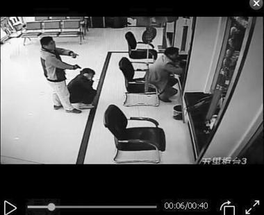 """嫌犯持""""手枪""""劫人质抢银行 5分钟被制服"""