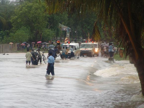 斯里兰卡暴雨成灾引发山体滑坡 村落遭泥石流掩埋