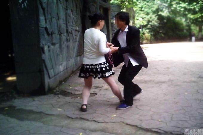 """强制""""按摩""""女武汉大桥景区抢客 不""""摸""""甭想走"""