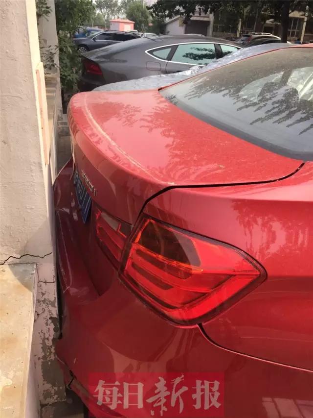 天津:路虎司机疯狂碾小区保安 宝马车停着无辜被撞