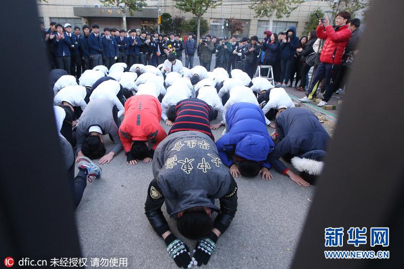 国外高考众生相:跪地磕头家长爬楼 比中国还疯狂