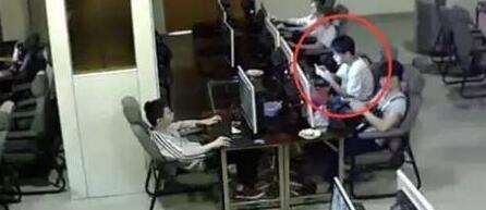 18岁男生玩手机触电身亡瞬间 周围人冷眼旁观(图)