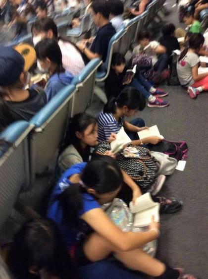 一群日本学生等飞机时集体看书 网友:感动