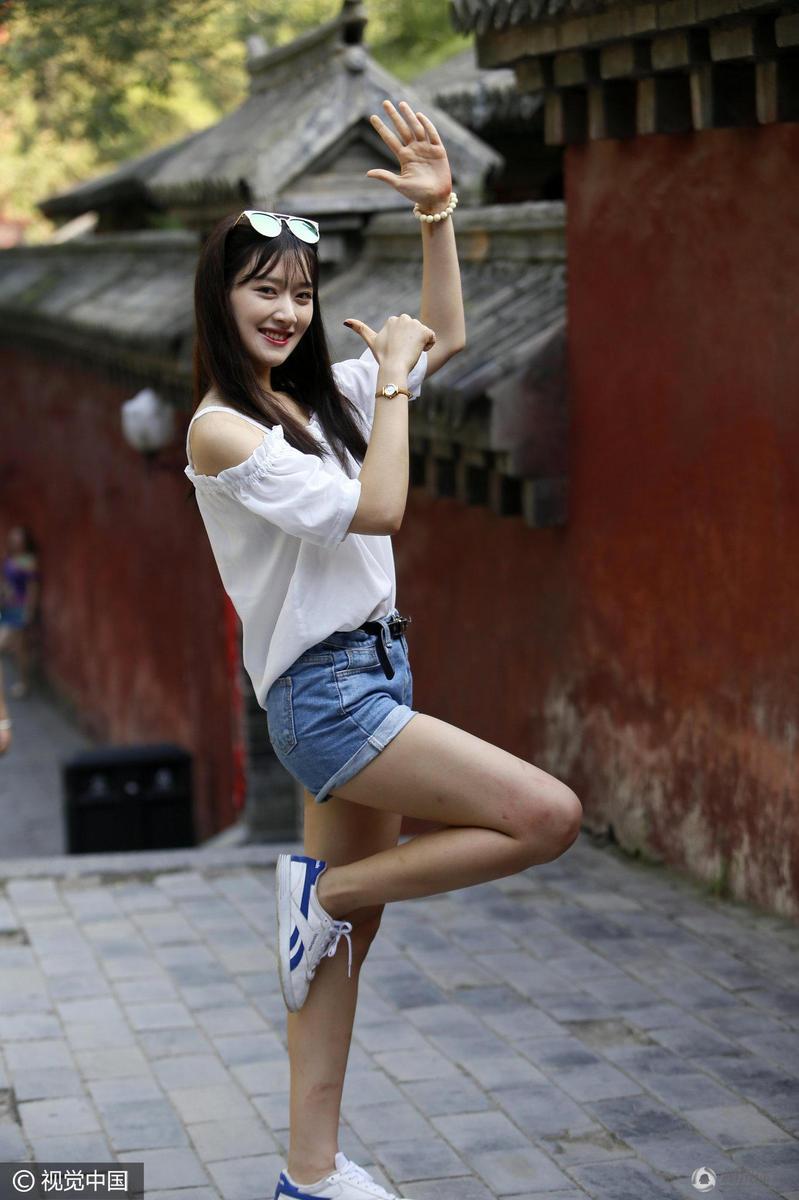 韩国女星亮相少林寺秀武术 一字马展修长美腿