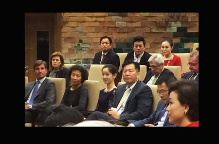 奶茶妹妹抱女出镜:疑女儿首曝光 网友称像姐妹(图)