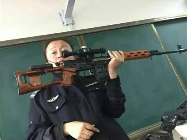 女老师扛枪上课 95式 狙击枪玩转课堂【图】