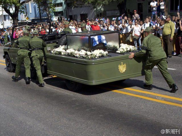 卡斯特罗出殡时灵车抛锚 军人下车推灵车前进